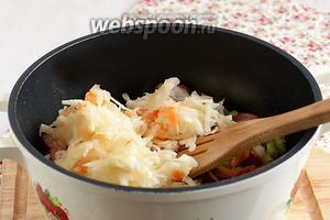 Затем в казан выложить кислую капусту, залить всё стаканом воды и тушить до мягкости капусты, около 1 часа. Если есть необходимость, то воду подливать.