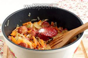 Затем добавить томатную пасту, сахар, хорошенько перемешать.