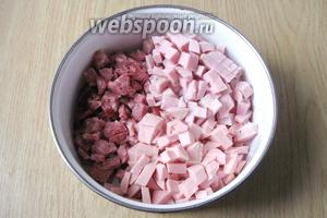 Ветчину, копчёную и вареную колбасу нарезаем мелким кубиком.