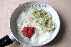 Репчатый лук чистим, моем и мелко нарезаем. Солёные огурцы трём на тёрке или тоже нарезаем. На сковороду наливаем подсолнечное рафинированное масло, кладём лук, огурцы и томатную пасту.