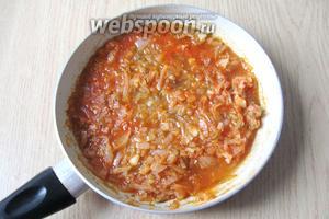 Тушим лук с солёными огурцами и томатной пастой 7-10 минут на небольшом огне.