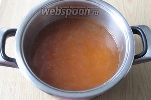 В кастрюлю с бульоном (1,7 литра) кладём тушёный лук с огурцами и томатной пастой. Варим 10 минут.