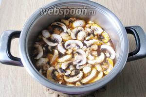 Кладём грибы в кастрюлю.