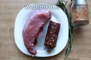 Подготовим продукты. Мясо очистим от плёнок и жира, колбасу освободим от оболочки.