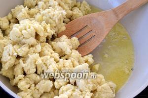 Разогреем на сковороде 1/3 масла от 80 г и выкладываем всю картофельную массу.