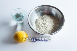 Я беру минимальную дозировку, которую легко будет пересчитывать на большие объёмы: на 100 мл жидкости 160 г муки, щепотка соли и несколько капель лимонного сока (или растворённой лимонной кислоты, лимонного концентрата или уксуса). Почему я написала «жидкости», а не воды? Потому что пресное слоёное тесто можно изготовить также на яйцах, на смеси воды с яйцами, на смеси воды с крепким алкоголем, в соотношении 3 доли к 1… но танцуют всегда от 100 мл, это как бы базовое соотношение.