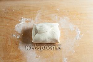 Закрыть его 4 боковыми кусками теста, плотно прищипнуть уголки, прижать клапаны. Масло должно оказаться в полностью замкнутом плотном конверте.