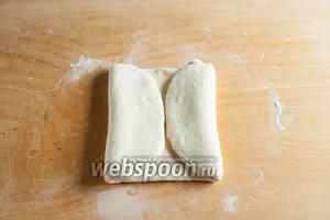 Перед следующей операцией тесто обметается от муки. Прямоугольник складывается вдвое так, что внешние края оказываются соединены посередине.