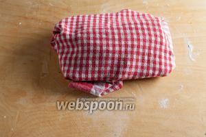 Сложенное тесто покрывается тканью и убирается в холодильник на 10 минут.