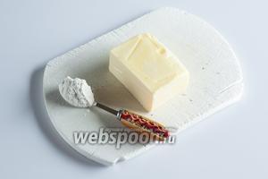 Масла, которым прослаивается тесто, на такое количество теста можно взять 100-150 г, плюс 1 чайная ложка муки. Ну, и ещё 2 ложки муки потребуются потом, для раскатывания.