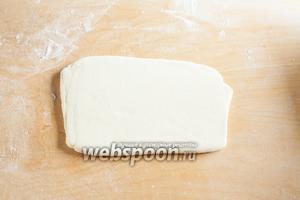 На обсыпанной мукой рабочей поверхности тесто раскатывается в вытянутый прямоугольник толщиной 1 см, мука обметается.