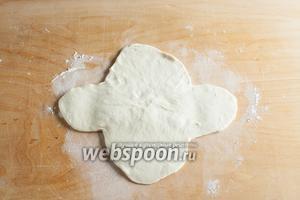 Раскатать скалкой лепестки в более плоские и крупные «уши». Подчёркиваю, катают только лепестки, а не середину.