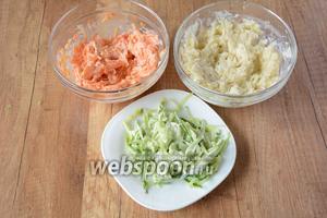 Картофель и морковь отварить «в мундирах» и остудить. Картофель, морковь и огурцы натереть на крупной тёрке, каждый ингредиент положить в разные миски и заправить майонезом, хорошо перемешать (как показано на фото).