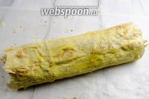 Смазать верхушку штруделя топлёным маслом. Выложить его швом вниз на противень, перетянув с пергаментом. Запекать в горячей духовке при температуре 190°C в течение 40 минут.