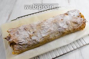 Посыпать штрудель сахарной пудрой. Нарезать холодным с помощью ножа-пилки, потому что верхушка очень хрупкая. Подавать с чашечкой кофе.