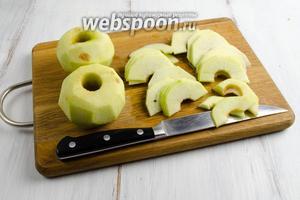 Начать предлагаю с начинки. 1 яблоко испечь или приготовить на пару. Пюрировать. Остальные яблоки вымыть, очистить, удалить сердцевину, разрезать пополам, нарезать очень тонкими дольками. Сразу же взбрызнуть их соком лимона.