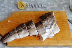 Филе промыть, осушить и нарезать на порции.