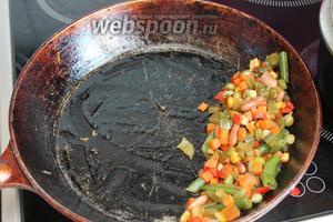 Потушенные овощи сдвинуть на край сковороды.