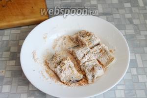 Рыбу запанировать, на сковороду добавить масла.