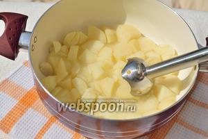 Картофель сварился? Отлично. Воды там должно быть совсем немного. Сделайте пюре, используя блендер.