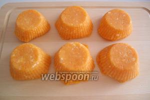 Через 1 час вынимаем сырники из мультиварки и даём им остыть. Остывшие сырники вынимаем из форм.