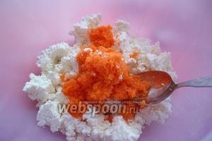 Выкладываем творог в удобную для смешивания ингредиентов ёмкость, добавив туда тёртую морковь.