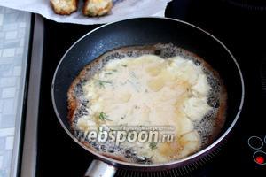Остатки кляра вылить в сковороду и приготовить закусочный оладушек (или несколько маленьких).