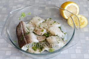 Осушенные куски рыбы обвалять в маринаде со всех сторон, поставить в холодильник не меньше, чем на 30 минут (до 3 часов, в зависимости от качества рыбы).