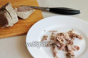 Отварную говядину нарезать на ломти поперёк волокон — около 1,5 см толщиной.