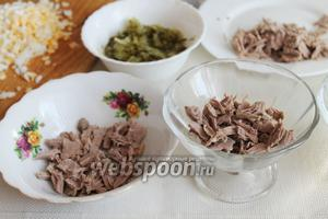 Начинать сборку салата: первым слоем идёт мясо (у меня 2 порционных салатника и 1 общий двухпорционный).
