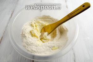 Мягкое сливочное масло добавить в сухую смесь. Перетереть в крошку.