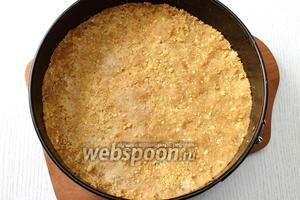 Форму застилаем бумагой для выпечки, утрамбовываем печенье в форму.