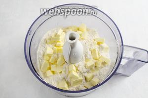 В чашу блендера насыпать муку, добавить щепотку соли и нарезанное кубиками холодное сливочное масло. Измельчить в крошку.