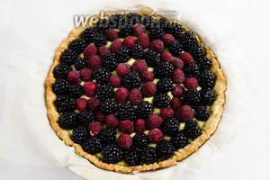 Разложить подготовленные ягоды по всей поверхности крема.