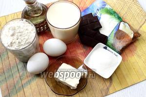 Для приготовления нам понадобятся следующие ингредиенты: мука пшеничная, яйца куриные, йогурт, сахар, масло растительное, кокосовая стружка, разрыхлитель и масло сливочное.