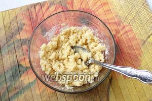 Для штрейзеля соединяем и перемешиваем размягчённое сливочное масло, сахар, кокосовую стружку и муку.