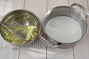 Теперь нужно приготовить тесто. Вылейте в кастрюлю молоко и уваренный куриный бульон, положите 150 г картофельного пюре, кусочек сливочного масла и 1/4 ч. л. соли. Размешайте венчиком, чтобы пюре разошлось в жидкости. Доведите смесь до кипения.