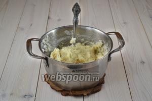 Постепенно добавляйте муку, не прекращая помешивать. В результате получится густое, липкое и горячее тесто. Его нужно остудить. Выложите массу на разделочную доску, обёрнутую в целлофан, и накройте полотенцем.