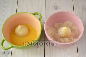 Яйца разбейте в миску, размешайте вилкой до однородного состояния. В другую миску высыпьте панировочные сухари. Окуните каждый пирожок в яйца, а затем обваляйте в сухарях.
