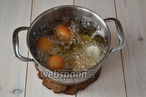Обжаривайте пирожки в кипящем масле, пока они не станут золотистыми.