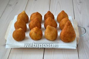 Готовые пирожки выкладывайте на бумажные салфетки, которые впитают лишний жир. Подают кошинья и горячими, и холодными; и сами по себе, и с различными соусами.