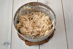 Выложите всё содержимое сковороды в глубокую миску. Туда же отправьте оставшуюся часть вареной грудки, творожный сыр, цедру и сок половины лайма. Хорошо перемешайте. Добавьте по вкусу соль (я положила 1/4 ч. л. соли) и свежемолотый белый перец.