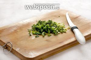 Зелёный лук и укроп как можно мельче нарезать.