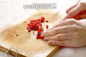 Как можно мельче нарезать сладкий перец. Желательно, чтобы кусочки перца были похожи на бусинки.