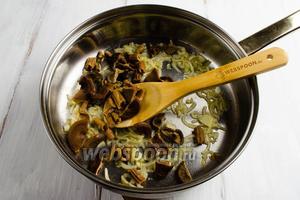 Добавить грибы из бульона, продолжить жарить их с луком в течение 7-10 минут.