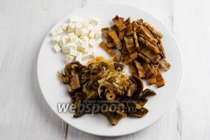 Приправы к баношу готовы. Брынзу нарезать мелко кубиком, шкварки и грибы с луком выложить на тарелку.