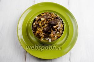 И последним, верхним слоем, выложить грибы с луком.