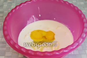 В кефир добавить размягчённое масло и яйца.