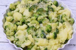Овощи выкладываем в смазанную маслом форму.