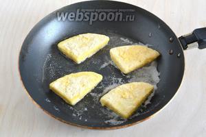Разогрейте масло на сковороде и, при температуре чуть выше средней, обжаривайте сыр с двух сторон до золотистой корочки. На каждый ломтик уйдёт не более 2 минут.